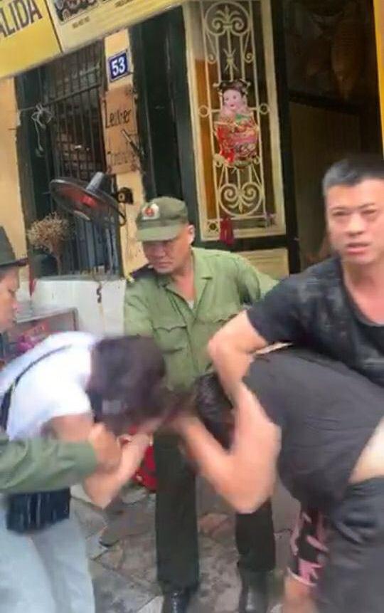 """Nữ diễn viên """"Người phán xử"""" ẩu đả cùng anti-fan trên đường phố Hà Nội - Ảnh 2."""