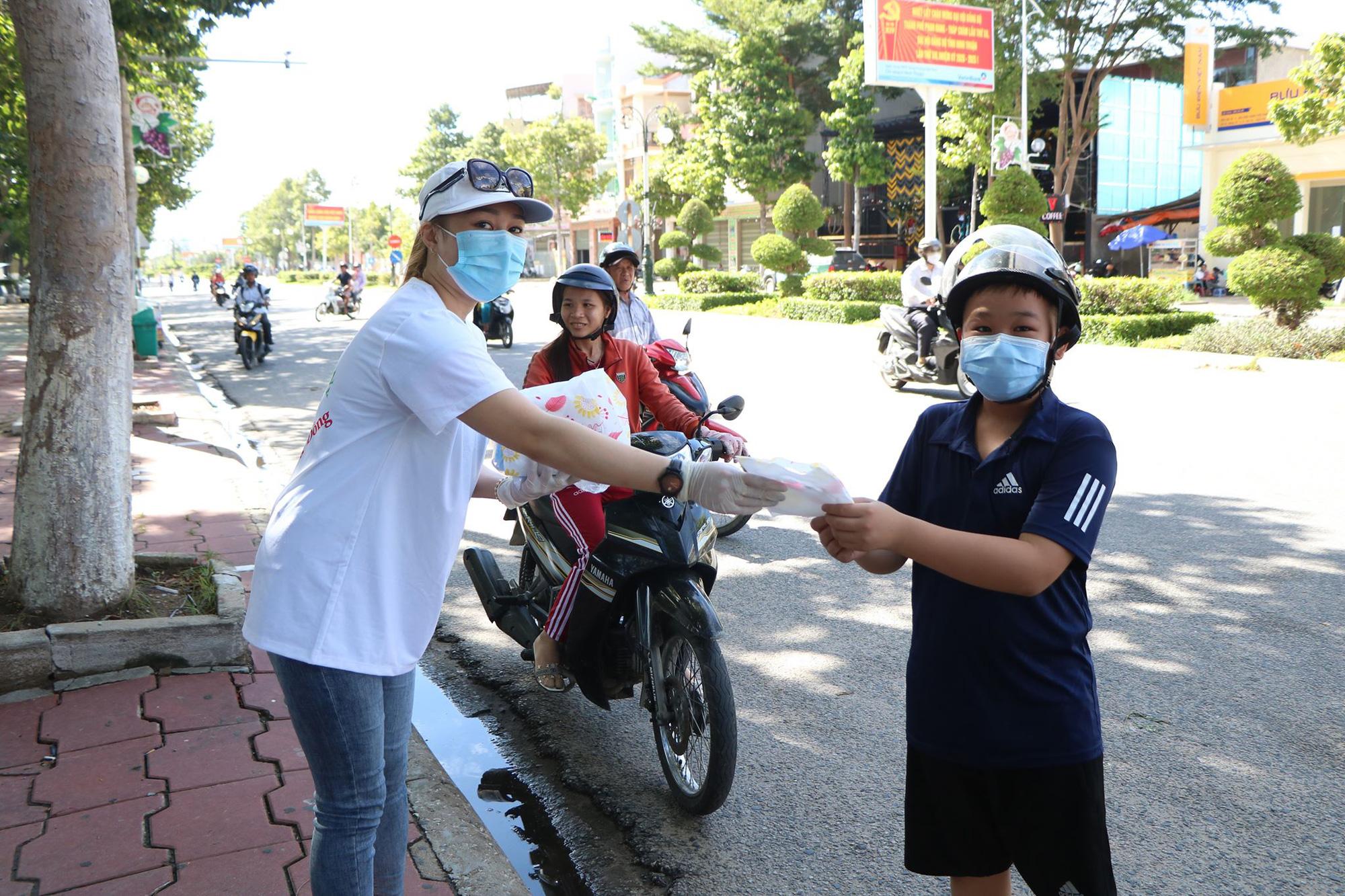 Ninh Thuận: Phát hàng trăm chiếc khẩu trang cho người dân đi đường - Ảnh 3.