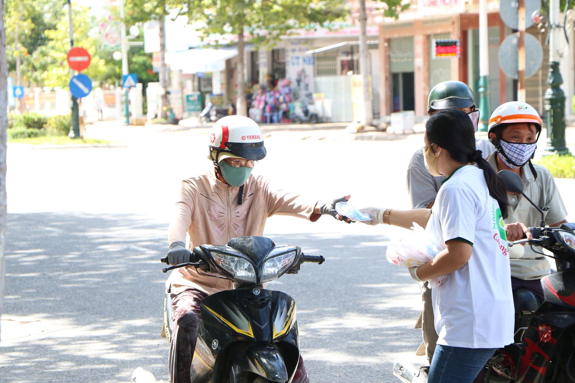 Ninh Thuận: Phát hàng trăm chiếc khẩu trang cho người dân đi đường - Ảnh 2.