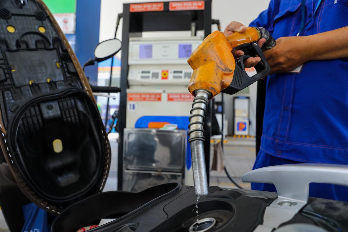 Phạt tới 100 triệu nếu doanh nghiệp bán xăng dầu ngoài hệ thống phân phối  - Ảnh 1.