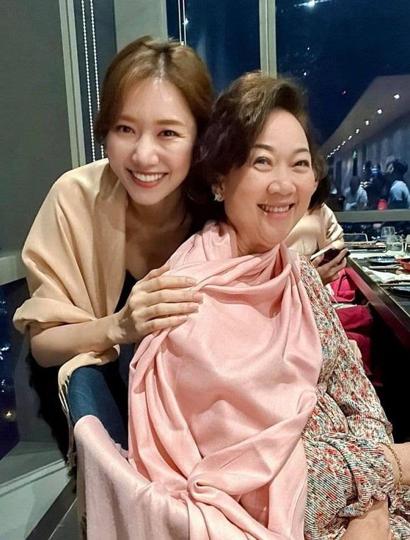 Hé lộ mối quan hệ bất ngờ giữa Hari Won và mẹ chồng - Ảnh 1.