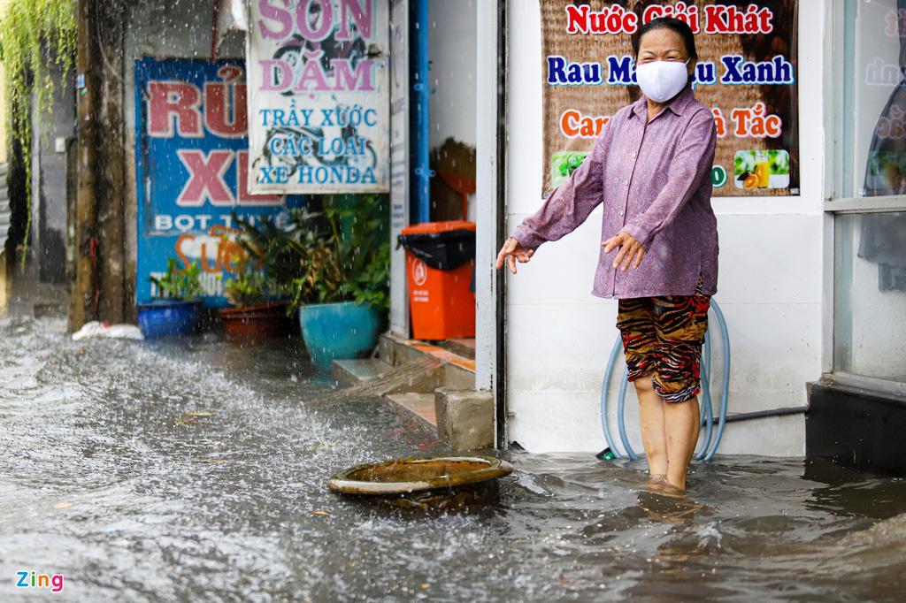 TP.HCM: Thủ Đức ngập sâu, người dân lội nước về nhà - Ảnh 9.