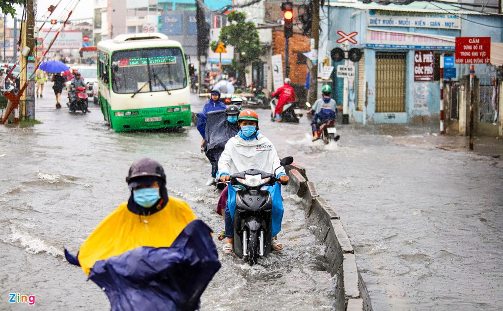 TP.HCM: Thủ Đức ngập sâu, người dân lội nước về nhà - Ảnh 2.