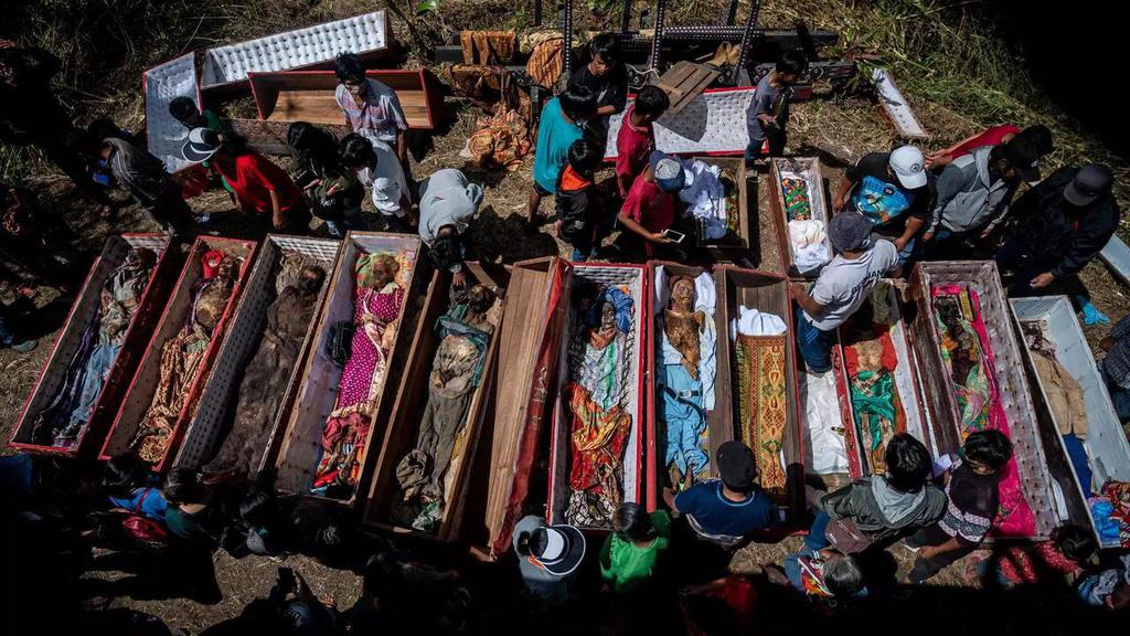 Rùng mình cảnh bộ lạc đào xác ướp để thay quần áo cho người đã chết - Ảnh 1.