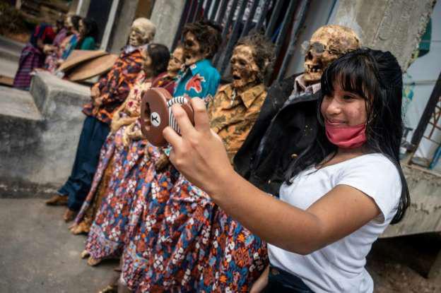 Rùng mình cảnh bộ lạc đào xác ướp để thay quần áo cho người đã chết - Ảnh 10.