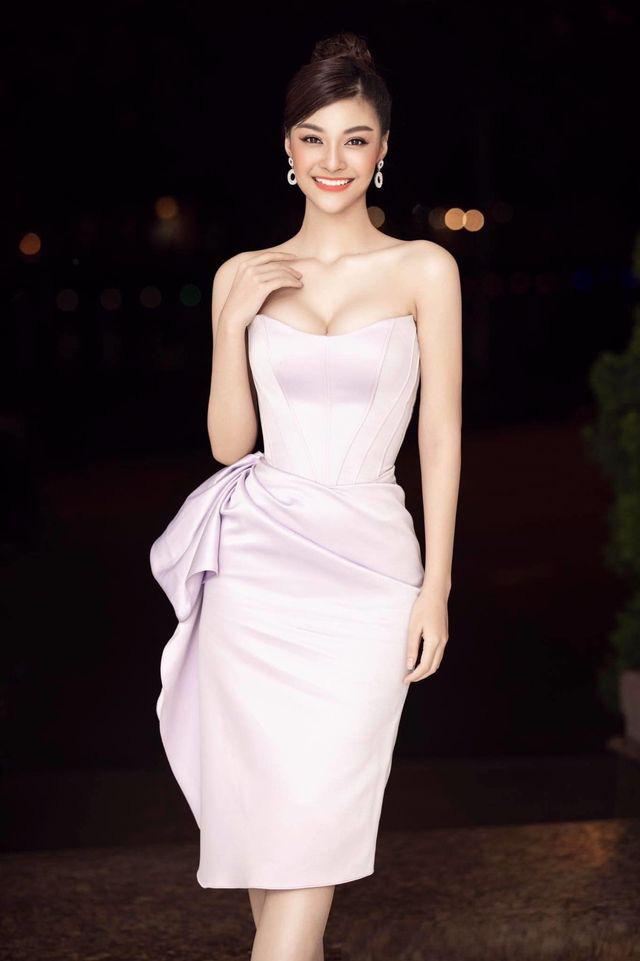 Hari Won mặc xuyên thấu nội y, Phi Thanh Vân táo bạo với váy trễ vai dễ gây nhìn nhầm - Ảnh 3.