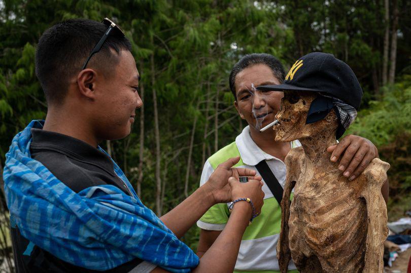Rùng mình cảnh bộ lạc đào xác ướp để thay quần áo cho người đã chết - Ảnh 2.