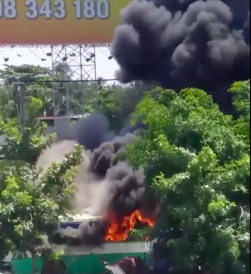TPHCM: Lửa kèm khói đen bốc cao hàng chục mét ở bãi giữ xe phế liệu - Ảnh 1.