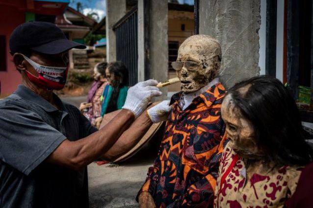Rùng mình cảnh bộ lạc đào xác ướp để thay quần áo cho người đã chết - Ảnh 3.
