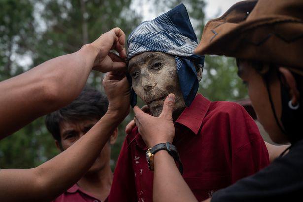 Rùng mình cảnh bộ lạc đào xác ướp để thay quần áo cho người đã chết - Ảnh 4.