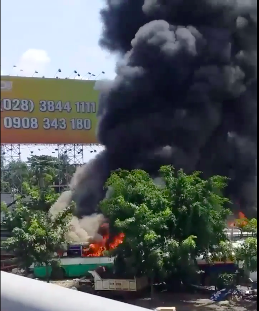 TPHCM: Lửa kèm khói đen bốc cao hàng chục mét ở bãi giữ xe phế liệu - Ảnh 2.