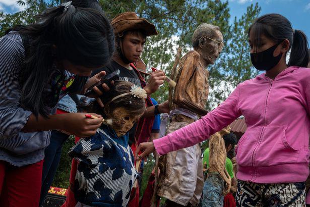 Rùng mình cảnh bộ lạc đào xác ướp để thay quần áo cho người đã chết - Ảnh 6.