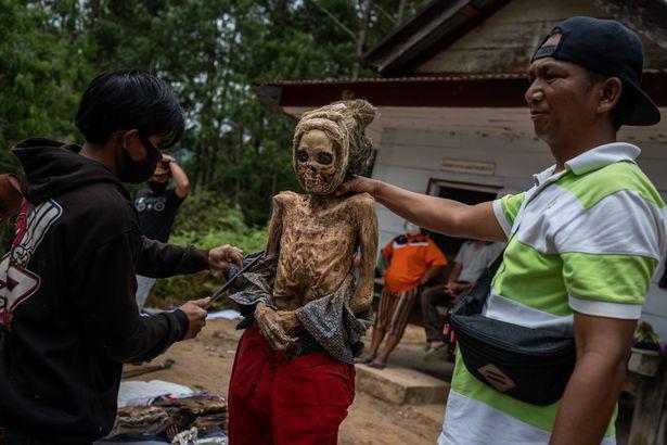 Rùng mình cảnh bộ lạc đào xác ướp để thay quần áo cho người đã chết - Ảnh 7.