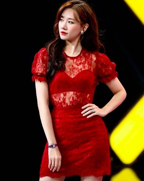 Hari Won mặc xuyên thấu nội y, Phi Thanh Vân táo bạo với váy trễ vai dễ gây nhìn nhầm - Ảnh 4.