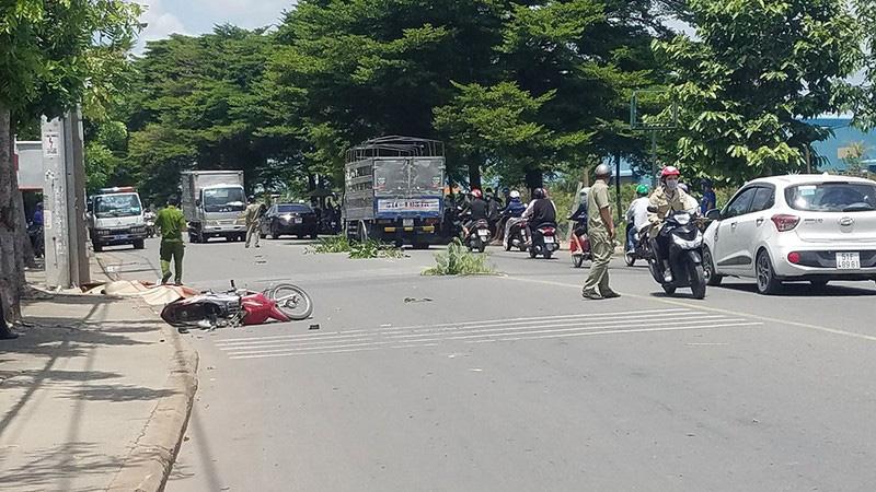 Người đàn ông chết bên xe máy bể nát, người có nhiều thương tích - Ảnh 1.