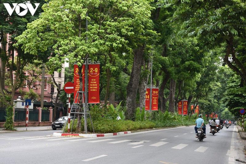 Ảnh: Thủ đô Hà Nội rực màu cờ Tổ quốc chào đón Quốc khánh 2/9 - Ảnh 4.
