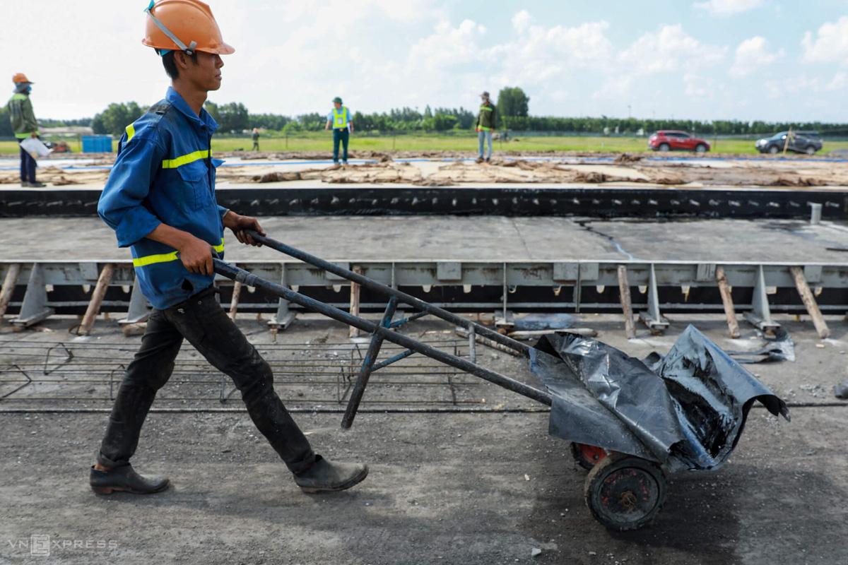 500 công nhân cải tạo đường băng Tân Sơn Nhất - Ảnh 2.