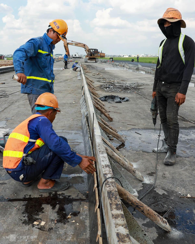 500 công nhân cải tạo đường băng Tân Sơn Nhất - Ảnh 3.
