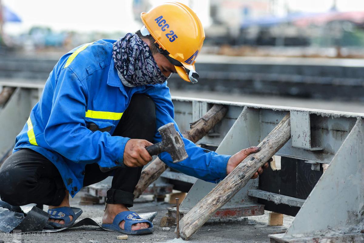 500 công nhân cải tạo đường băng Tân Sơn Nhất - Ảnh 4.
