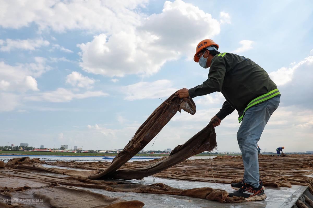 500 công nhân cải tạo đường băng Tân Sơn Nhất - Ảnh 5.