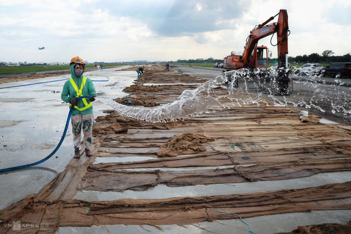 500 công nhân cải tạo đường băng Tân Sơn Nhất - Ảnh 6.
