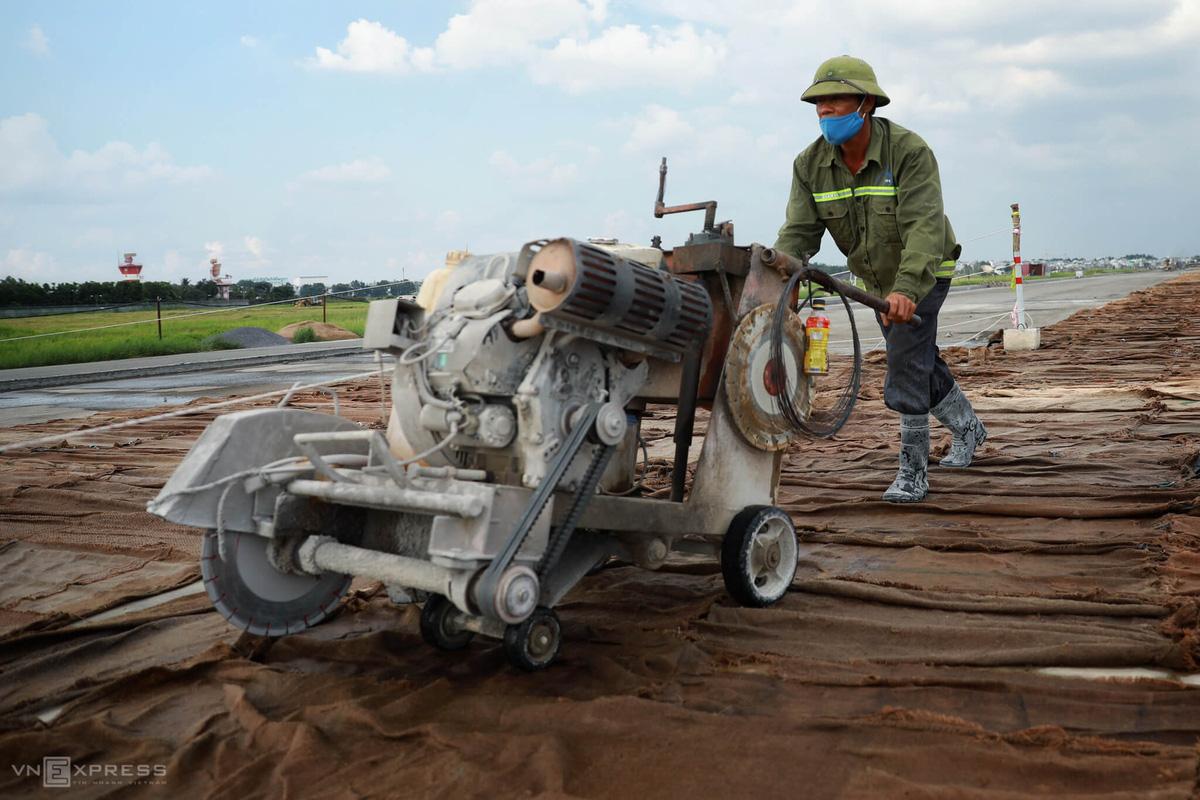 500 công nhân cải tạo đường băng Tân Sơn Nhất - Ảnh 7.