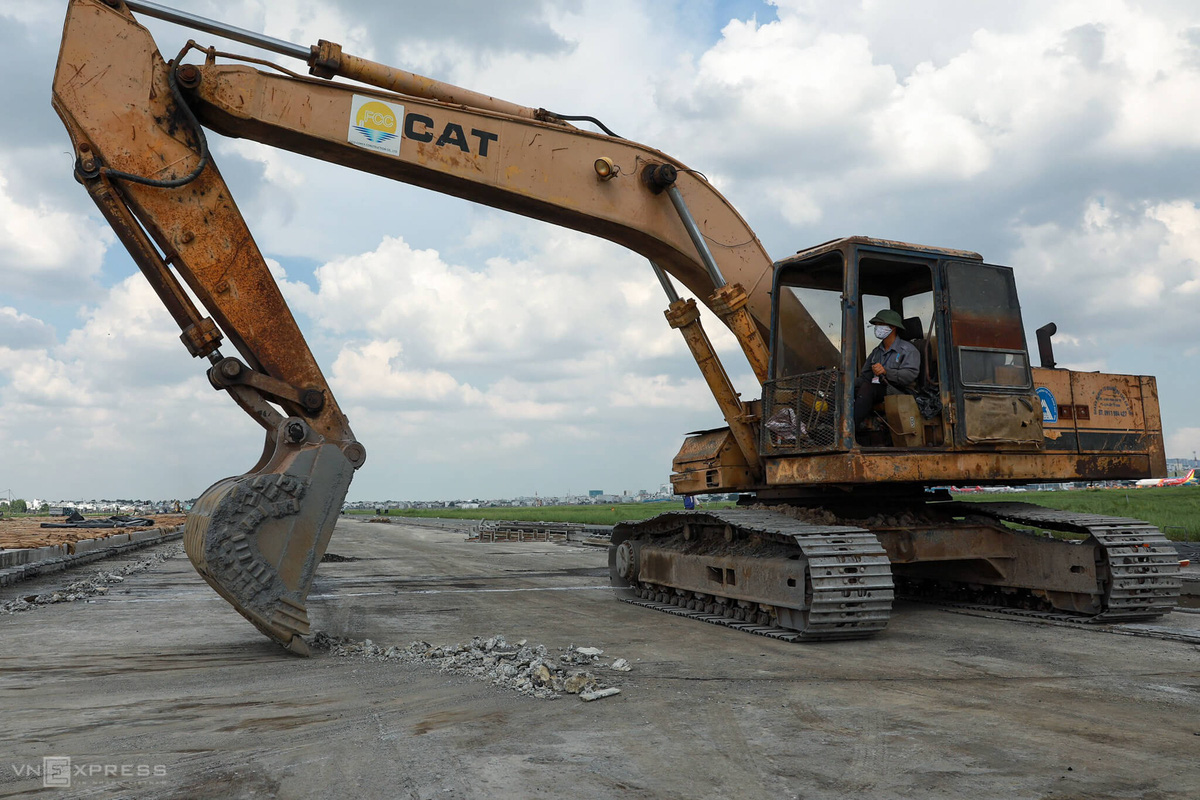500 công nhân cải tạo đường băng Tân Sơn Nhất - Ảnh 8.