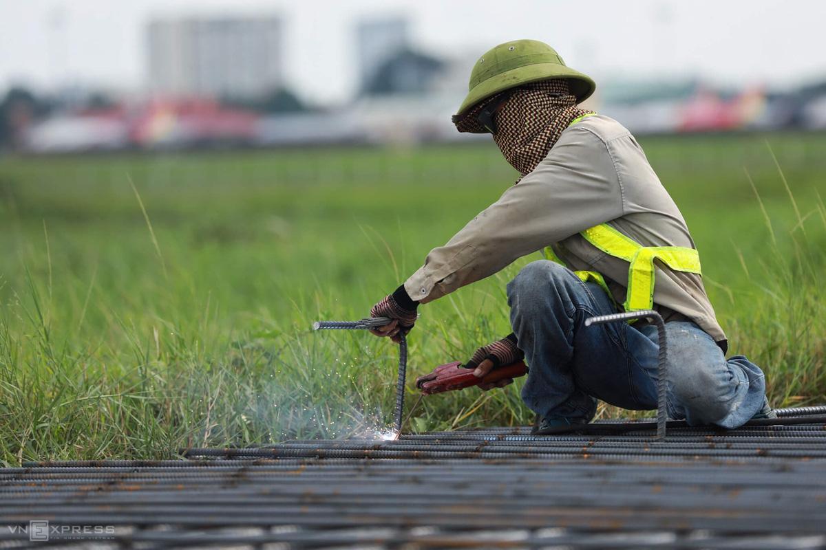500 công nhân cải tạo đường băng Tân Sơn Nhất - Ảnh 10.