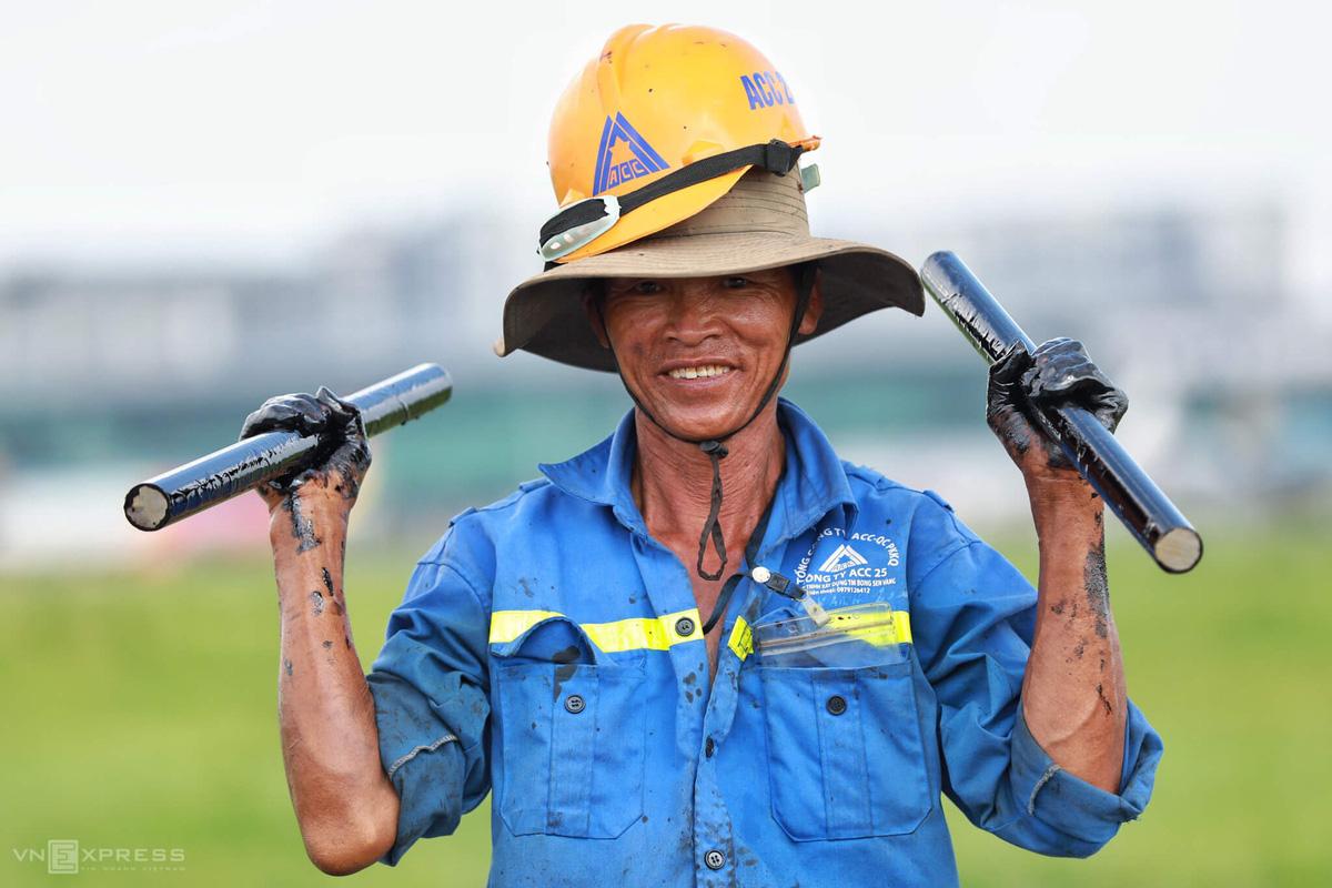 500 công nhân cải tạo đường băng Tân Sơn Nhất - Ảnh 11.