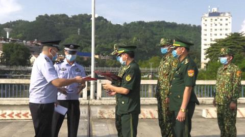 Bắt đối tượng người Trung Quốc bơi qua sông Hồng sang Việt Nam trốn truy nã - Ảnh 2.