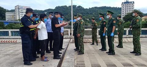 Bắt đối tượng người Trung Quốc bơi qua sông Hồng sang Việt Nam trốn truy nã - Ảnh 1.