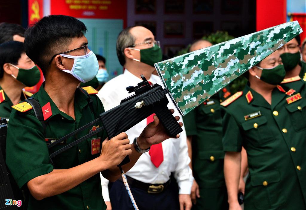 Quân khu 7 giới thiệu vũ khí: Trình diễn súng bắn hạ thiết bị bay không người lái - Ảnh 2.