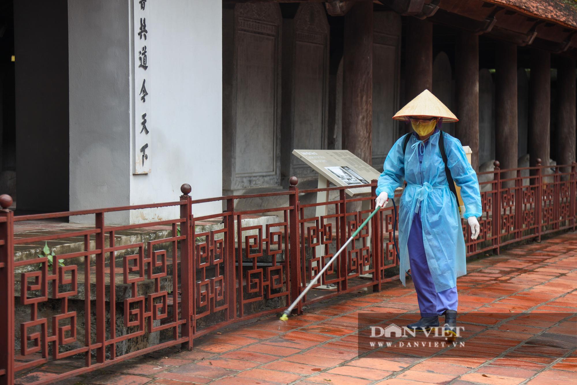 Sĩ tử, phụ huynh bịt khẩu trang cầu may ở Văn Miếu trước kỳ thi THPT - Ảnh 5.