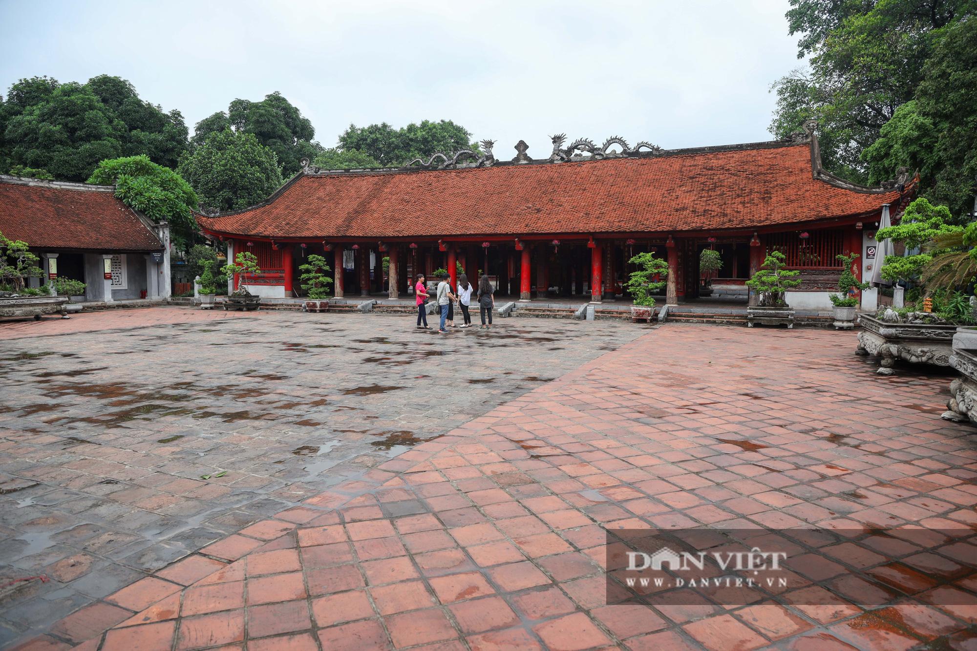 Sĩ tử, phụ huynh bịt khẩu trang cầu may ở Văn Miếu trước kỳ thi THPT - Ảnh 14.