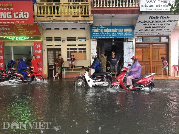 Phú Thọ: Mưa lớn, 4 xã bị cô lập, TP.Việt Trì ngập sâu - Ảnh 4.