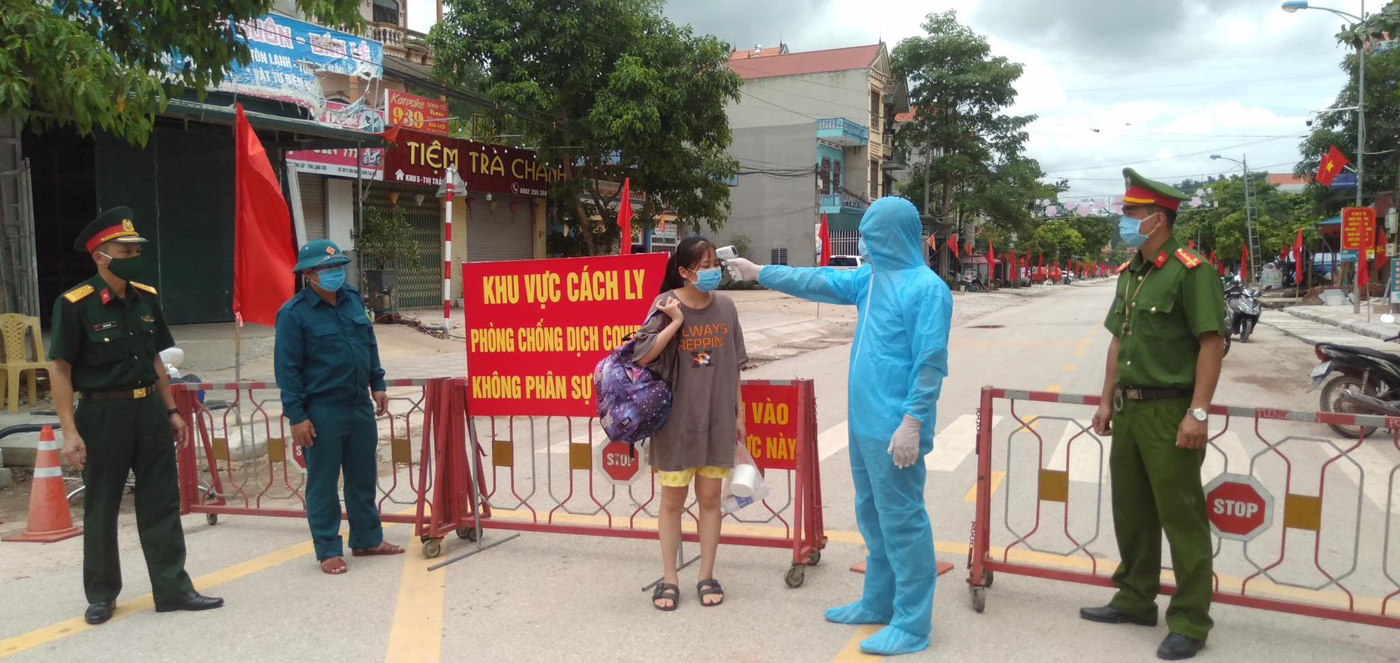 4 ca dương tính, Lạng Sơn lập 3 chốt kiểm dịch tại cửa ngõ huyện Đình Lập - Ảnh 2.