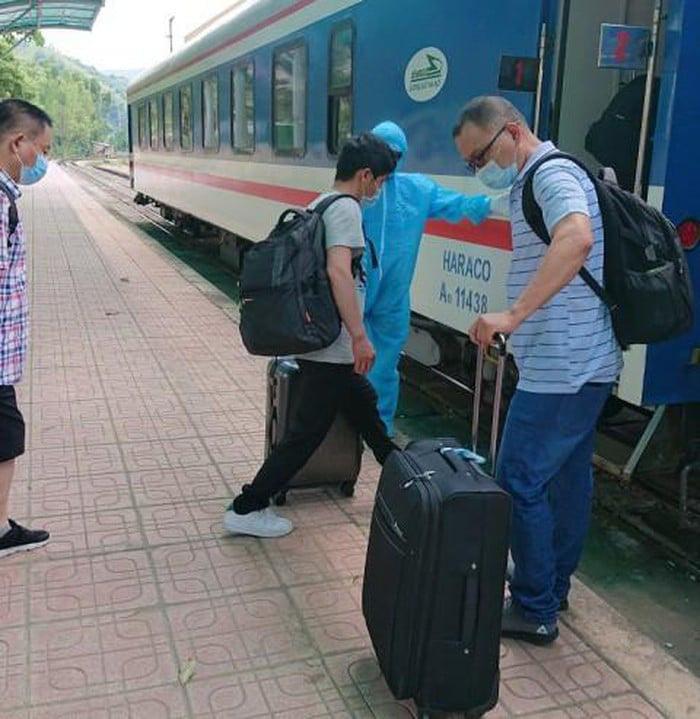 56 chuyên gia Trung Quốc đi thẳng từ Lạng Sơn về Quảng Ngãi bằng tàu hỏa - Ảnh 1.