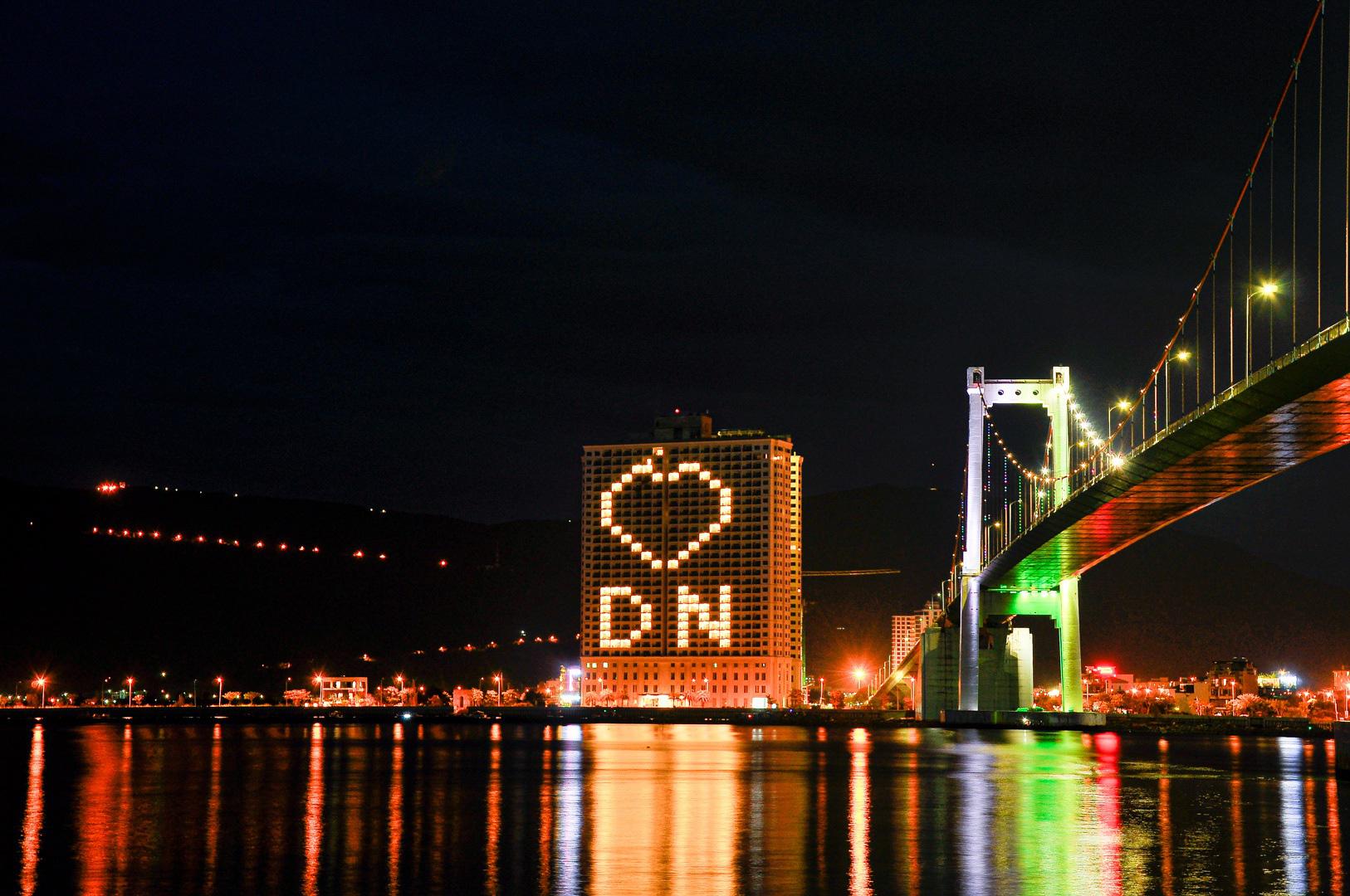 Đà Nẵng: Khách sạn đồng loạt lên đèn hình trái tim giữa mùa dịch Covid-19 - Ảnh 1.