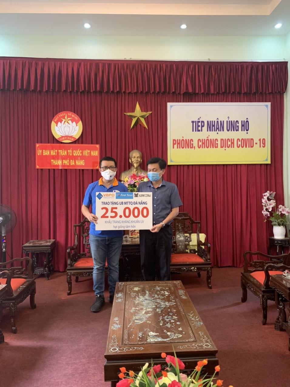 First News và các doanh nghiệp tặng 25.000 khẩu trang vải và sách cho người dân Đà Nẵng - Ảnh 1.