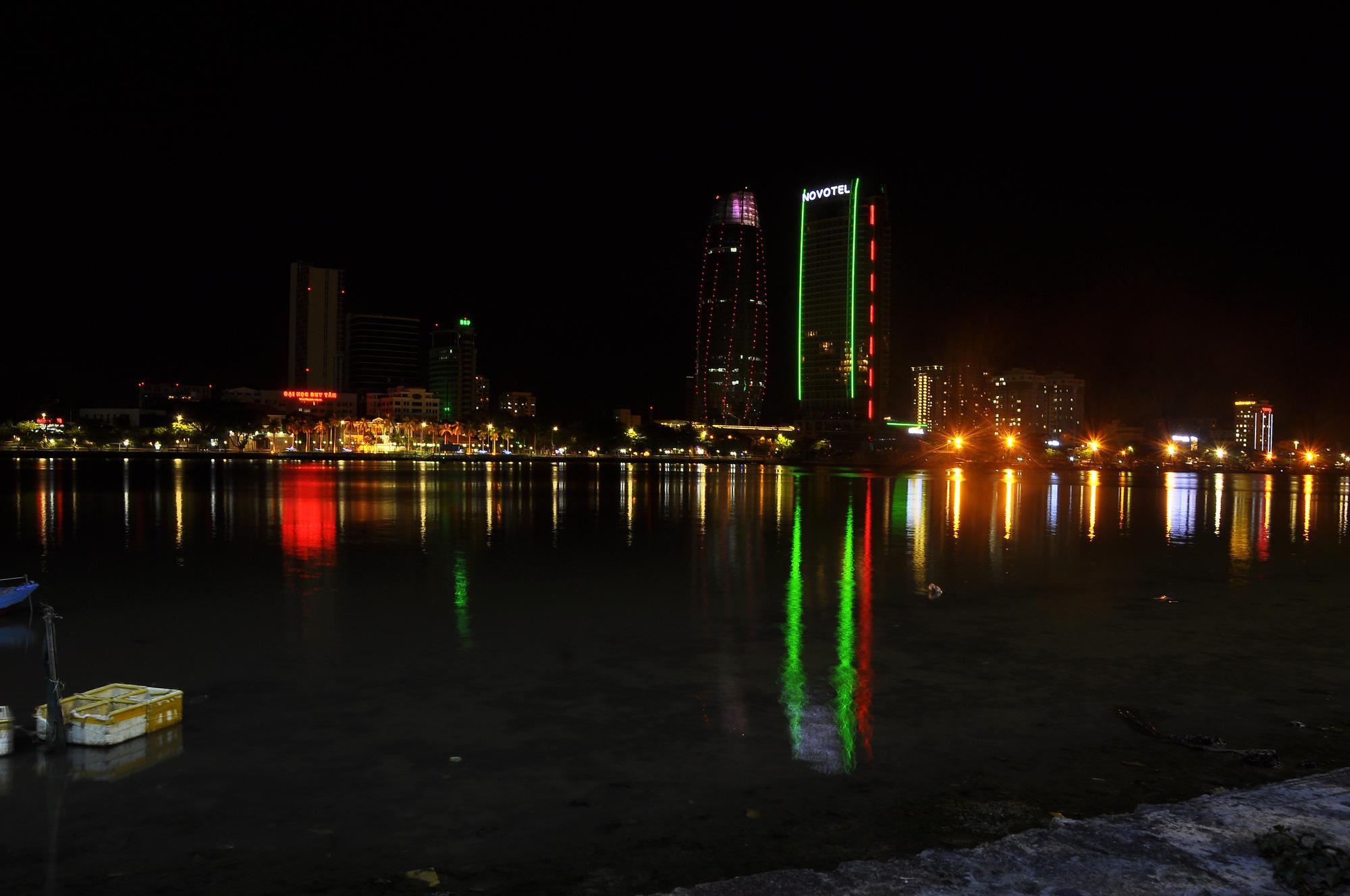 Đà Nẵng: Khách sạn đồng loạt lên đèn hình trái tim giữa mùa dịch Covid-19 - Ảnh 5.