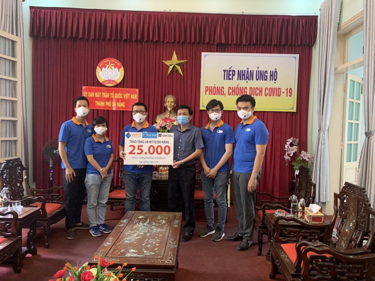 First News và các doanh nghiệp tặng 25.000 khẩu trang vải và sách cho người dân Đà Nẵng - Ảnh 3.