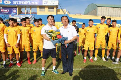 """Ông Nguyễn Văn Đệ - Chủ tịch CLB bóng đá Thanh Hóa (phải) đã gửi công văn xin """"nghỉ chơi"""" V.League 2020."""