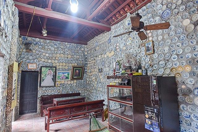 Mê đồ cổ nhưng nhà chật, ông lão Vĩnh Phúc gắn hơn 10.000 bát, đĩa cổ, tiền cổ… lên tường - Ảnh 2.