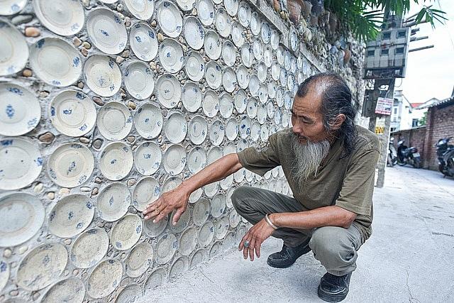 Mê đồ cổ nhưng nhà chật, ông lão Vĩnh Phúc gắn hơn 10.000 bát, đĩa cổ, tiền cổ… lên tường - Ảnh 3.