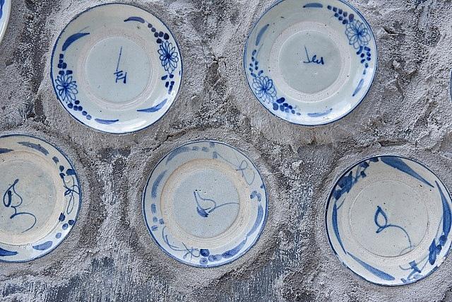 Mê đồ cổ nhưng nhà chật, ông lão Vĩnh Phúc gắn hơn 10.000 bát, đĩa cổ, tiền cổ… lên tường - Ảnh 5.