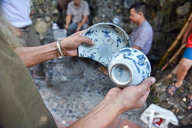Mê đồ cổ nhưng nhà chật, ông lão Vĩnh Phúc gắn hơn 10.000 bát, đĩa cổ, tiền cổ… lên tường - Ảnh 8.