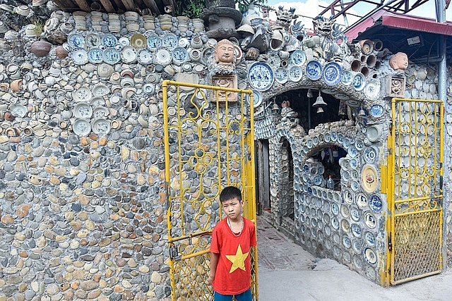 Mê đồ cổ nhưng nhà chật, ông lão Vĩnh Phúc gắn hơn 10.000 bát, đĩa cổ, tiền cổ… lên tường - Ảnh 9.