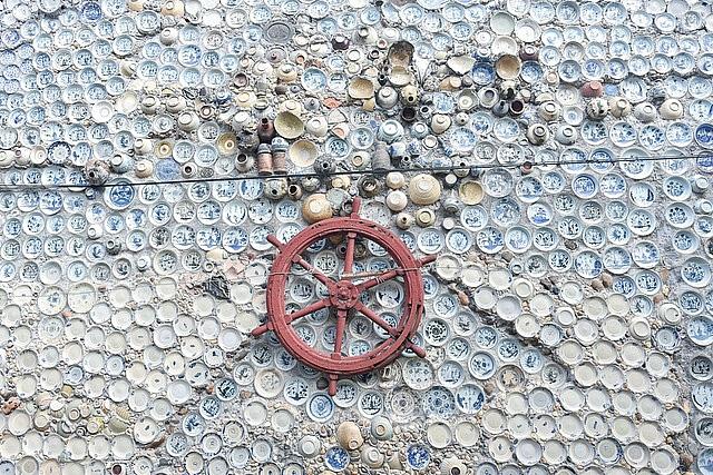 Mê đồ cổ nhưng nhà chật, ông lão Vĩnh Phúc gắn hơn 10.000 bát, đĩa cổ, tiền cổ… lên tường - Ảnh 10.