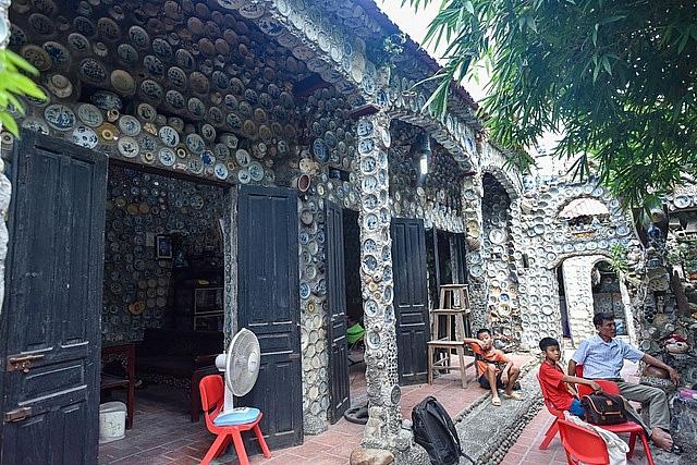 Mê đồ cổ nhưng nhà chật, ông lão Vĩnh Phúc gắn hơn 10.000 bát, đĩa cổ, tiền cổ… lên tường - Ảnh 11.