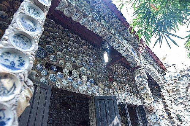 Mê đồ cổ nhưng nhà chật, ông lão Vĩnh Phúc gắn hơn 10.000 bát, đĩa cổ, tiền cổ… lên tường - Ảnh 14.
